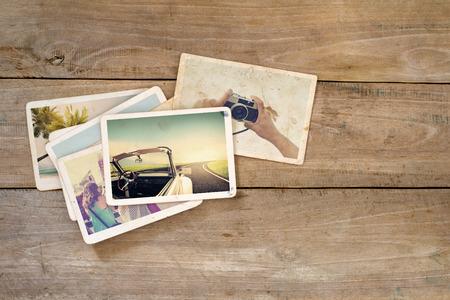 Reis fotoalbum op houten tafel. directe foto van de camera - vintage en retro stijl