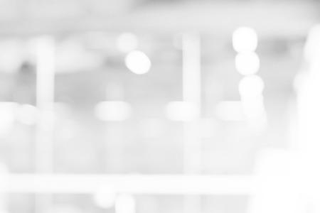 abstrakt vita och grå bokeh ljus bakgrund med rörelseoskärpa Stockfoto