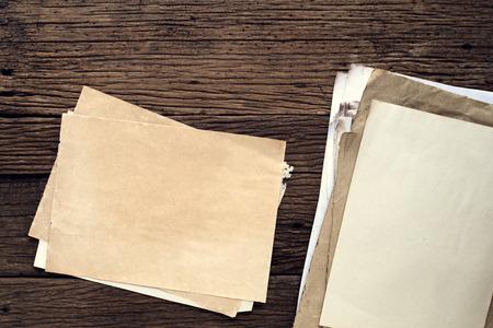 papel viejo vacío en la mesa de madera - fondo de la vendimia Foto de archivo