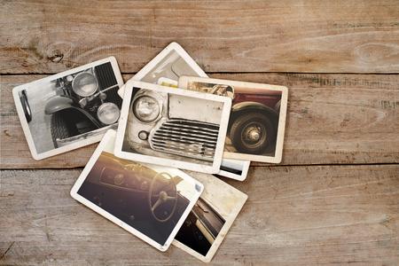 木頭桌子老爺車的相冊。寶麗來相機的即時照片 - 復古和復古風格 版權商用圖片