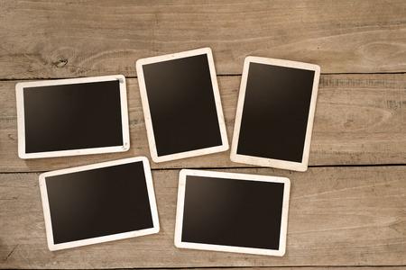 나무 테이블에 빈 instans 앨범. 종이 폴라로이드 카메라의 사진 - 빈티지와 레트로 스타일 스톡 콘텐츠