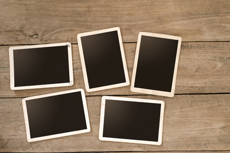 Lege instans album op houten tafel. papier foto van polaroid camera - vintage en retro stijl Stockfoto