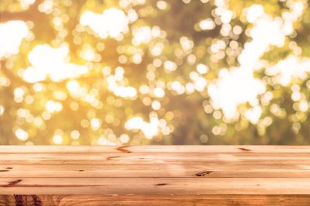 ぼけボケ味、自然の背景 - 製品の表示やモンタージュの空の準備と木製のテーブルの上。
