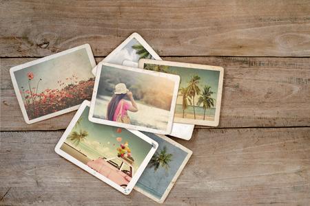 나무 테이블에 여름 사진 앨범. 폴라로이드 카메라의 인스턴트 사진 - 빈티지와 레트로 스타일