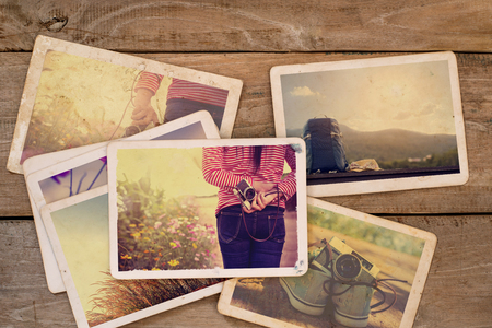 木頭桌子旅遊相冊。寶麗來相機的即時照片 - 復古和復古風格 版權商用圖片