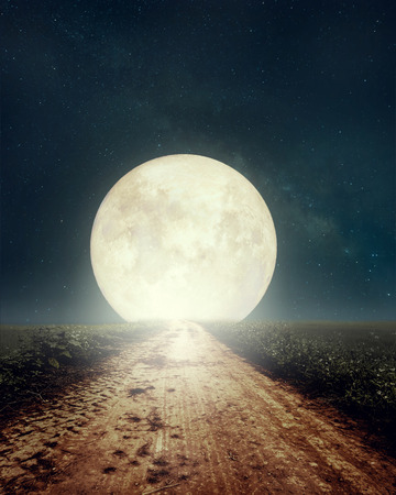 Piękna wiejska droga z gwiazdą Drogi Mlecznej na nocnym niebie, pełnia - grafika w stylu retro z klasycznym odcieniem kolorów (elementy tego księżycowego obrazu dostarczone przez NASA) Zdjęcie Seryjne