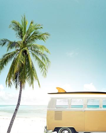 Oldtimer auf dem tropischen Strand geparkt (Meer) mit einem Surfbrett auf dem Dach Standard-Bild - 54923717