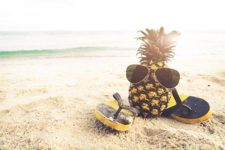 해변에서 Hipster 파인애플 여름 패션입니다. 빈티지 필터 효과 스톡 콘텐츠