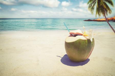 신선한 코코넛 칵테일에 모래 열 대 해변 - 여름 휴가. 빈티지 스타일