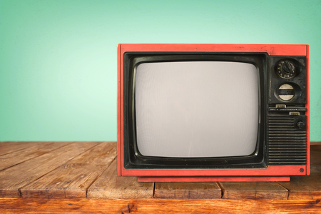Retro television - old TV sur la table en bois, de la technologie millésime