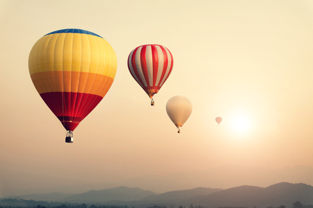 Hete luchtballon op zon hemel met wolken, vintage en retro filter effect stijl Stockfoto