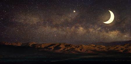 Vía Láctea estrellas en el cielo paisaje de la noche y la luna, estrellas, celebración de Ramadán Kareem - ilustraciones del papel de estilo retro con el tono de color de la vendimia