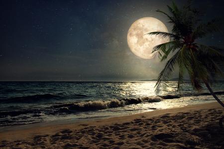 美麗夢幻的熱帶海灘與銀河系星在夜空中,圓月 - 復古風格的藝術品與古董色調(由美國航天局提供這個月球影像的要素)