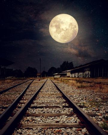 noche y luna: Hermoso campo con ferrocarril Vía Láctea estrellas en cielos de la noche, la luna llena - ilustraciones del estilo retro con el tono de color de la vendimia (elementos de esta imagen proporcionada por la NASA luna)