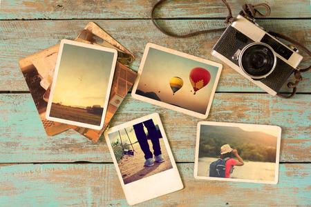 Álbum de fotos recuerdo y la nostalgia en el viaje de viaje de verano en la mesa de madera. foto instantánea de la cámara de la vendimia - estilo vintage y retro