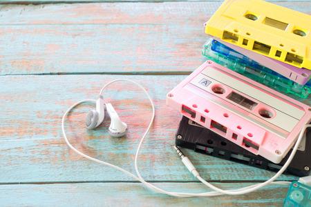 Vue de dessus (ci-dessus) prise de cassette à bande rétro avec forme de coeur d'écouteur sur table en bois. Concept de musique d'amour - styles d'effet de couleur pastel vintage
