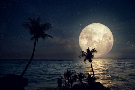 아트 워크 판타지 스타일 - 밤하늘에 은하수 별과 보름달이있는 아름다운 열대 해변. 빈티지 색조와 레트로 (NASA가 제공하는이 달 이미지의 요소&#x2
