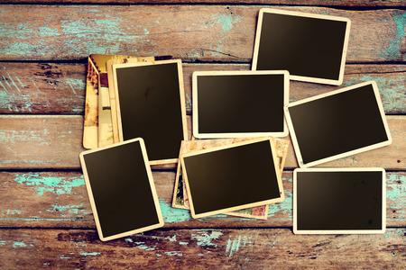 Vaciar viejo álbum de fotos de papel instantáneo en la mesa de madera - marco de fotos en blanco vintage y estilo retro Foto de archivo - 62648177