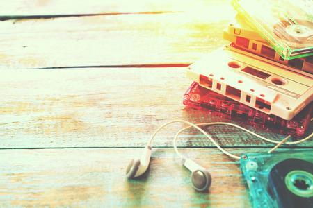 cintas: Vista superior (arriba) del tiro de la cinta de casete retro con el auricular en la mesa de madera - estilos de efectos de color de la vendimia.