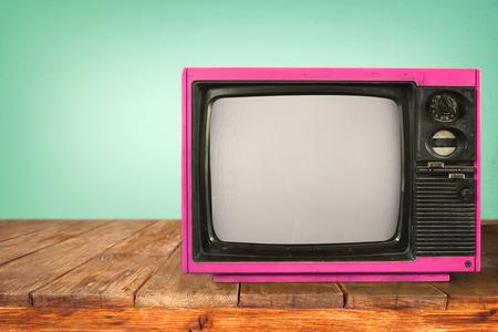 Retro television - old TV sur table en bois. rétro technologie. styles vintage. Banque d'images