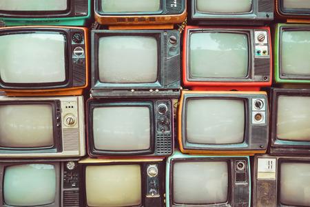 Pared del modelo de pila de colorido retro de la televisión (TV) - estilo del efecto del filtro de la vendimia.