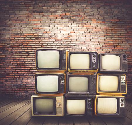골동품 및 빈티지 스타일 사진입니다. 레트로 텔레비전 더미 오래 된 방에 바닥에.