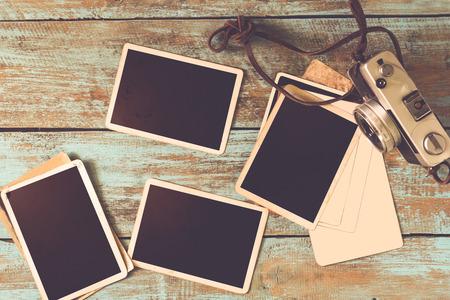 Retro macchina fotografica e l'album carta fotografica istantanea vecchio vuoto a tavola in legno - foto in bianco cornice in stile vintage Archivio Fotografico - 64815980