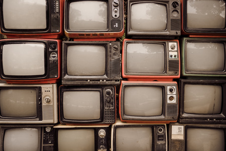 Mur de modèle de pile vieille télévision rétro (TV) - style effet de filtre vintage. Banque d'images
