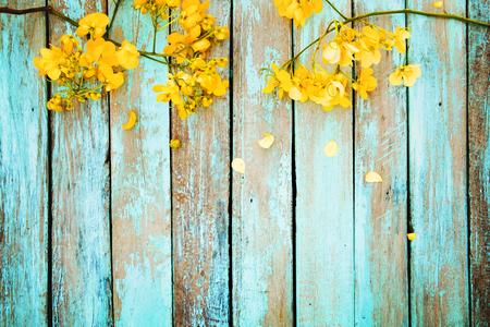 Gelbe Blumen auf Vintage-Holz-Hintergrund, Rahmen-Design. Jahrgang Farbton - Konzept Blume Frühling oder Sommer Hintergrund Standard-Bild