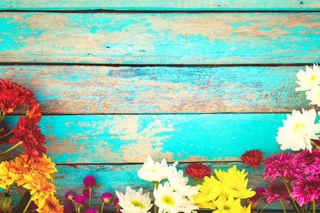 Färgglada blommor bukett på vintage trä bakgrund, gräns design. Vintage färgton - konceptblomma av vår eller sommarbakgrund