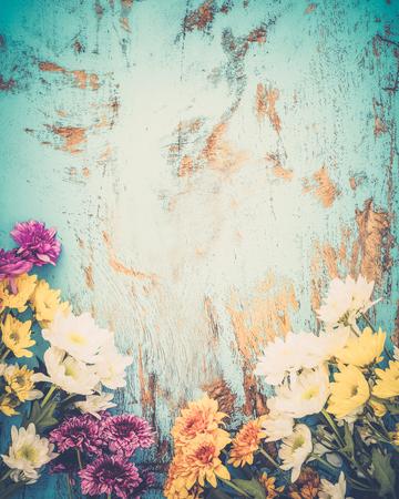 화려한 꽃 빈티지 나무 배경, 테두리 디자인에 꽃다발입니다. 빈티지 색상 톤 - 봄 또는 여름 배경의 개념 꽃 스톡 콘텐츠