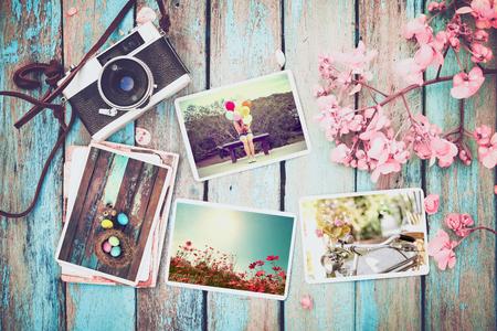 추억과 향수에 사진 앨범 행복 한 부활절 하루 봄 나무 테이블에. 빈티지 카메라 - 빈티지 및 복고풍 스타일의 즉석 사진