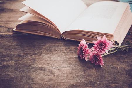 오래 된 나무 배경 - 봄 빈티지 배경에서 향수와 추억의 개념에 꽃 꽃다발과 빈티지 소설 도서