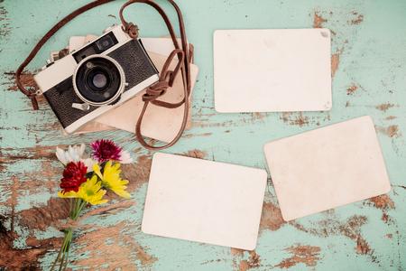madera rústica: retro de la cámara y vacío viejo álbum de foto instantánea de papel en la mesa de madera con diseño de flores frontera - concepto de recuerdo y la nostalgia en primavera. estilo vintage