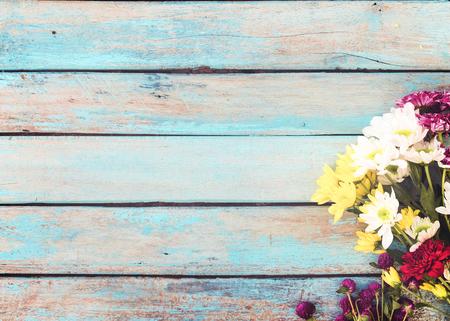 Fiori variopinti bouquet su sfondo d'epoca in legno, disegno del bordo. tonalità di colore d'epoca - concetto di fiore di primavera o estate sfondo