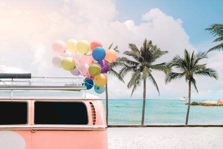 여름 푸른 하늘과 결혼식 신혼 여행에서 사랑의 개념 푸른 하늘에 다채로운 풍선과 함께 반 빈티지 카드 스톡 콘텐츠