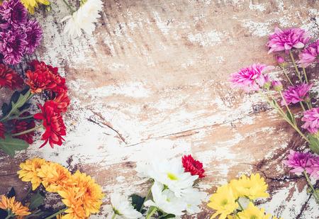 Kleurrijke bloemen boeket op vintage houten achtergrond, grens ontwerp. vintage kleur toon Stockfoto