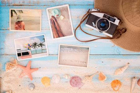 상위 뷰 컴포지션 - 불가사리, 조개, 산호와 나무 테이블에 항목 여름 사진 앨범. 여름 관광, 여행 및 휴가에 기억과 향수의 개념. 빈티지 색조입니다. 스톡 콘텐츠