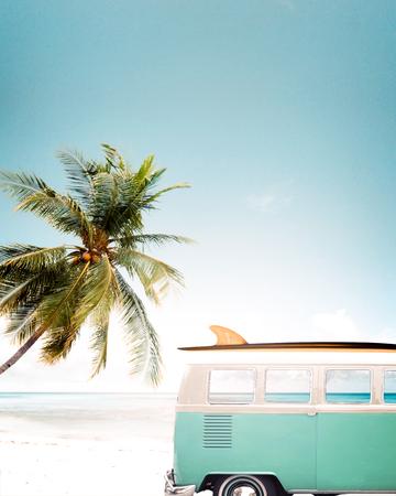 지붕에 서핑 보드와 함께 열대 해변 (해변)에 주차 빈티지 자동차