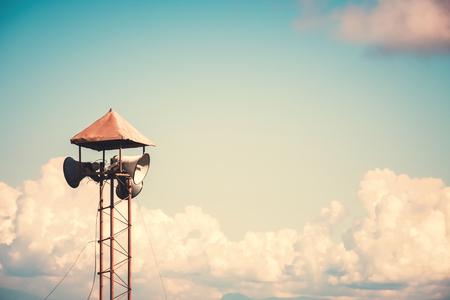 Weinlese-Hornsprecher für Öffentlichkeitsarbeiten unterzeichnen Symbol auf Hintergrund des blauen Himmels. Vintage-Farbton-Effekt. Standard-Bild - 74965389