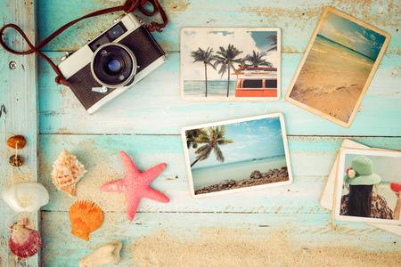 Top view compositie - Zomer fotoalbum met zeester, schelpen, koraal en items op houten tafel. Concept van herinnering en nostalgie in zomertoerisme, reizen en vakantie. Vintage kleurtoon.