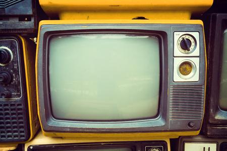 Televisión vieja retra en estilo del efecto del tono del color de la vendimia. tecnología retro.