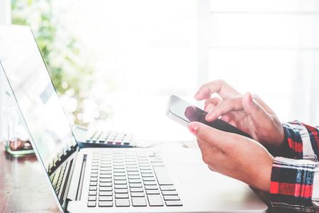 사무실 근로자 - 모바일 스마트 전화와 그녀의 노트북을 사용 하여 젊은 사업가의 라이프 스타일. 현대 녹색 비즈니스 사무실에서 근무하는 경제인. 빈