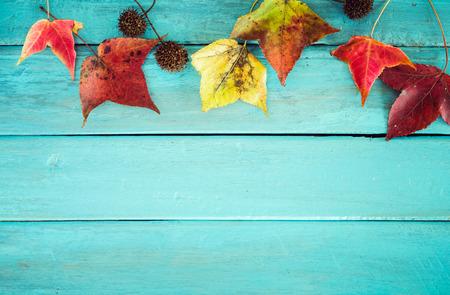 Mooie esdoornbladeren op uitstekende houten achtergrond, grensontwerp. vintage kleurtoon - concept van de herfst bladeren in de herfst seizoen achtergrond