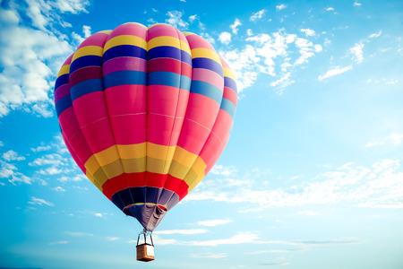 Kleurrijke hete luchtballon die op hemel vliegt. reis en luchtvervoerconcept - ballon Carnaval in Thailand Stockfoto