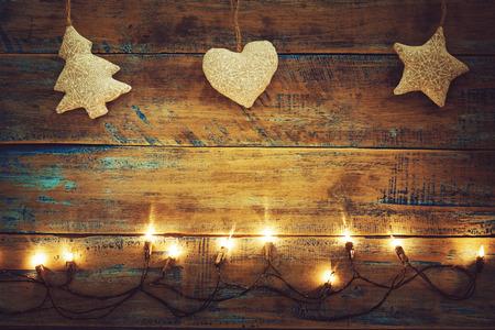 크리스마스 조명 나무 테이블에 장식 전구. 메리 크리스마스 (크리스마스) 배경입니다. 톱뷰, 국경 디자인 - 소박하고 빈티지 스타일 스톡 콘텐츠