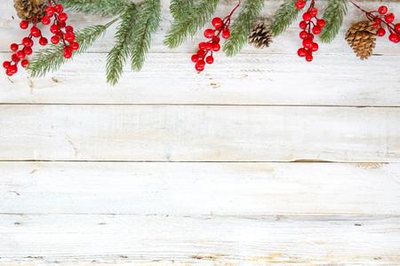 要素と白い木製テーブルに素朴な飾りを飾るとクリスマスのテーマの背景。創造的なフラットなレイアウトと上部境界線とコピーの空間デザインと 写真素材