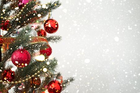 Primo piano dell'albero di Natale con l'ornamento, la decorazione e il bokeh leggero con le precipitazioni nevose sul fondo di inverno Archivio Fotografico - 90997293