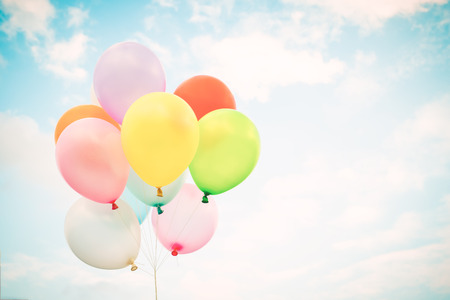 Weinlesemehrfarbenballone mit erfolgt mit einem Retro- Filtereffekt auf blauen Himmel. Ideen für den Hintergrund der Liebe im Sommer und im Valentinsgruß, Hochzeitsflitterwochenkonzept.