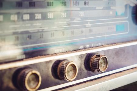 빈티지 라디오 수신기의 클로즈업 버튼 스톡 콘텐츠